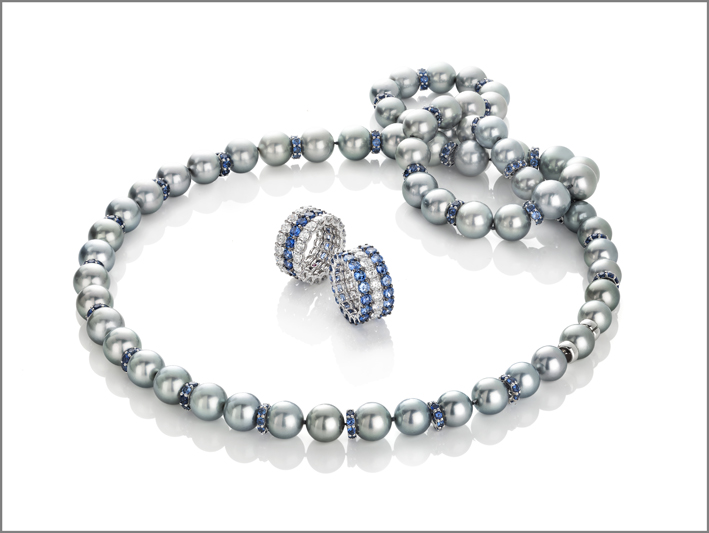 White gold necklace with pearls and blue sapphires with Cento cut. white and black gold ring with 2 rows of Cento diamonds and 1 row of blue sapphires with Cento cut. white and black gold ring with 1 row of Cento diamonds and 2 rows of blue sapphires with Cento cut
