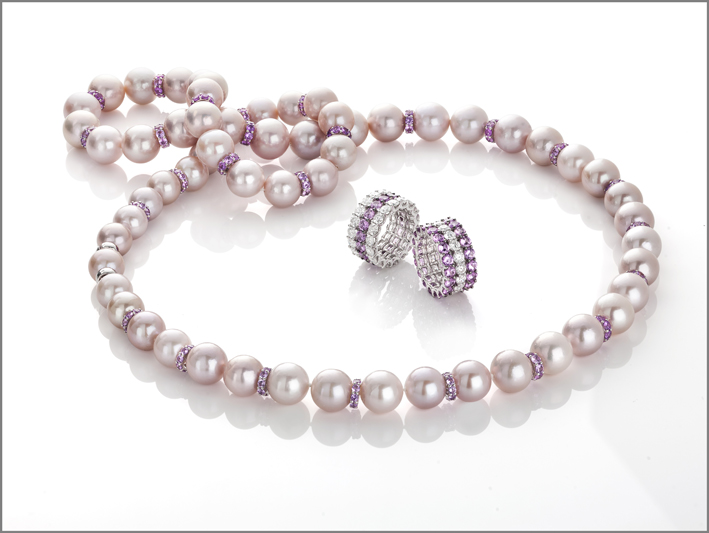 White gold necklace, with pearls and pink sapphires with Cento cut. White and black gold ring with 2 rows of Cento diamonds and 1 row of pink sapphires with Cento cut. white and black gold ring with 1 row of Cento diamonds and 2 rows of pnk sapphires with Cento cut