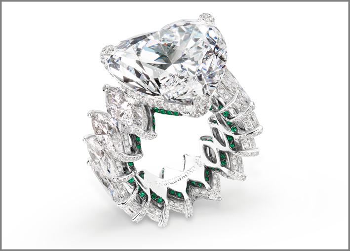 Anello con diamante taglio a cuore, diamanti marquise e smeraldi su oro bianco