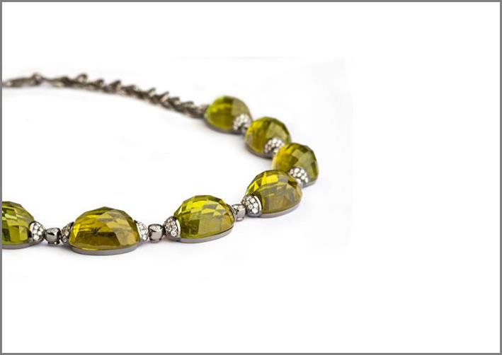 Collana in oro bianco, pavé di diamanti, tormalina verde. Prezzo: 35.000 euro