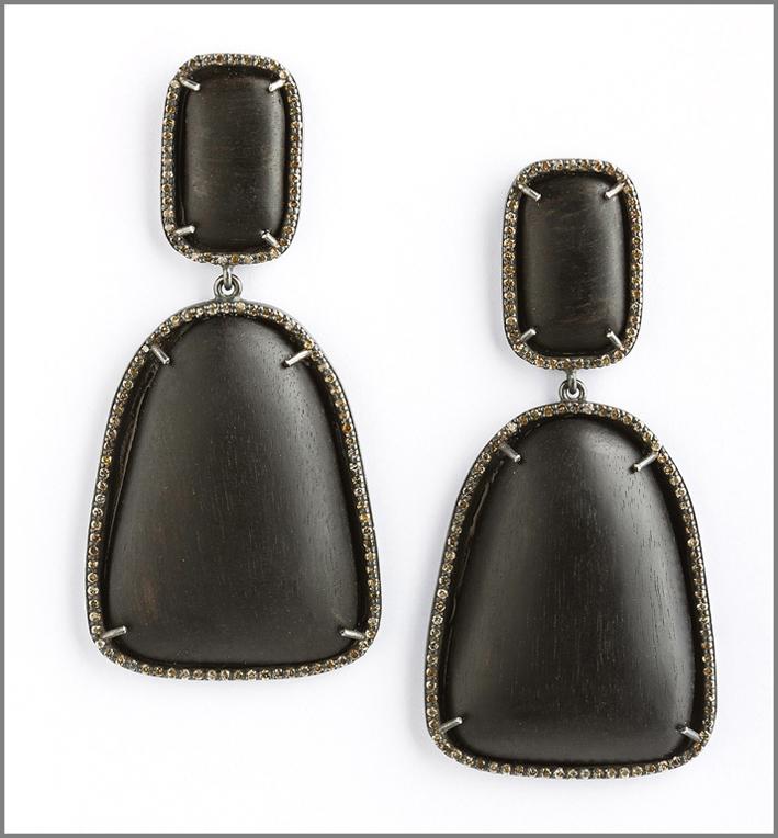 Orecchini in ebano e diamanti brown. Prezzo: 5000 sterline