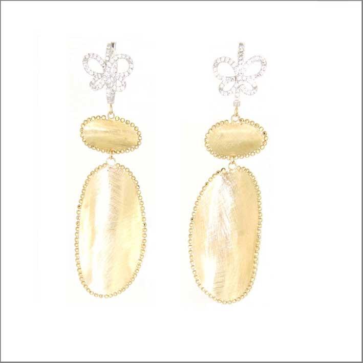 Orecchini satinati in oro giallo 18 carati e diamanti