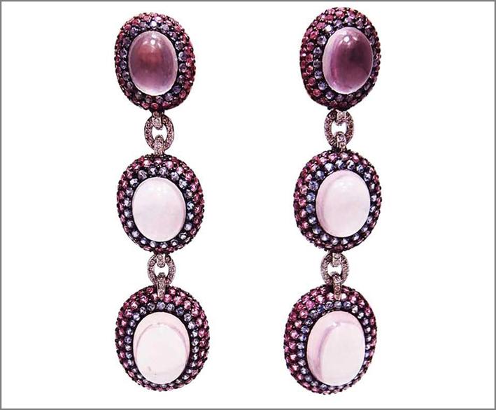 Orecchini in oro bianco, quarzo rosa e rubini. Prezzo: 4200 euro