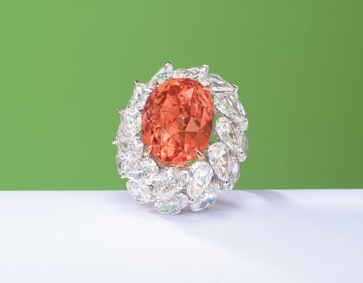 Anello con zaffiro padparadscha e diamanti