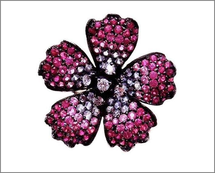 Spilla a papavero con zaffiri, rubini e diamanti. Prezzo: 1700 euro
