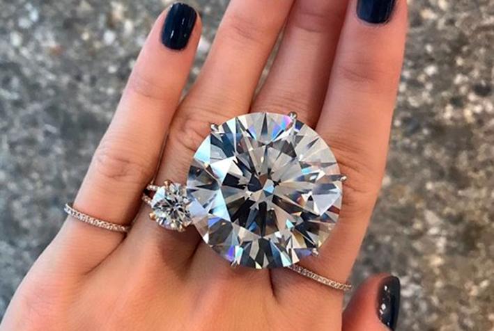 Anello con diamante taglio brillante da 110,92 carati