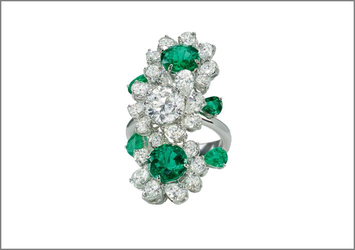 Anello a fiori in oro bianco, con diamanti e smeraldi di vario taglio
