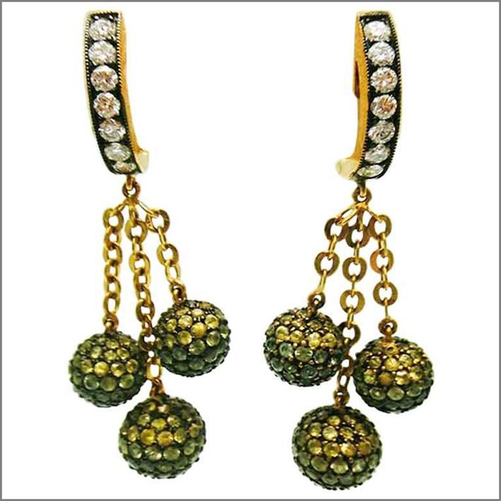Orecchini con tre sfere, zaffiro verde, giallo e diamanti