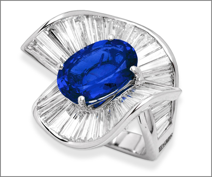 Anello con zaffiro del Madagascar di oltre 7 carati, con 9 carati di diamanti taglio baguette
