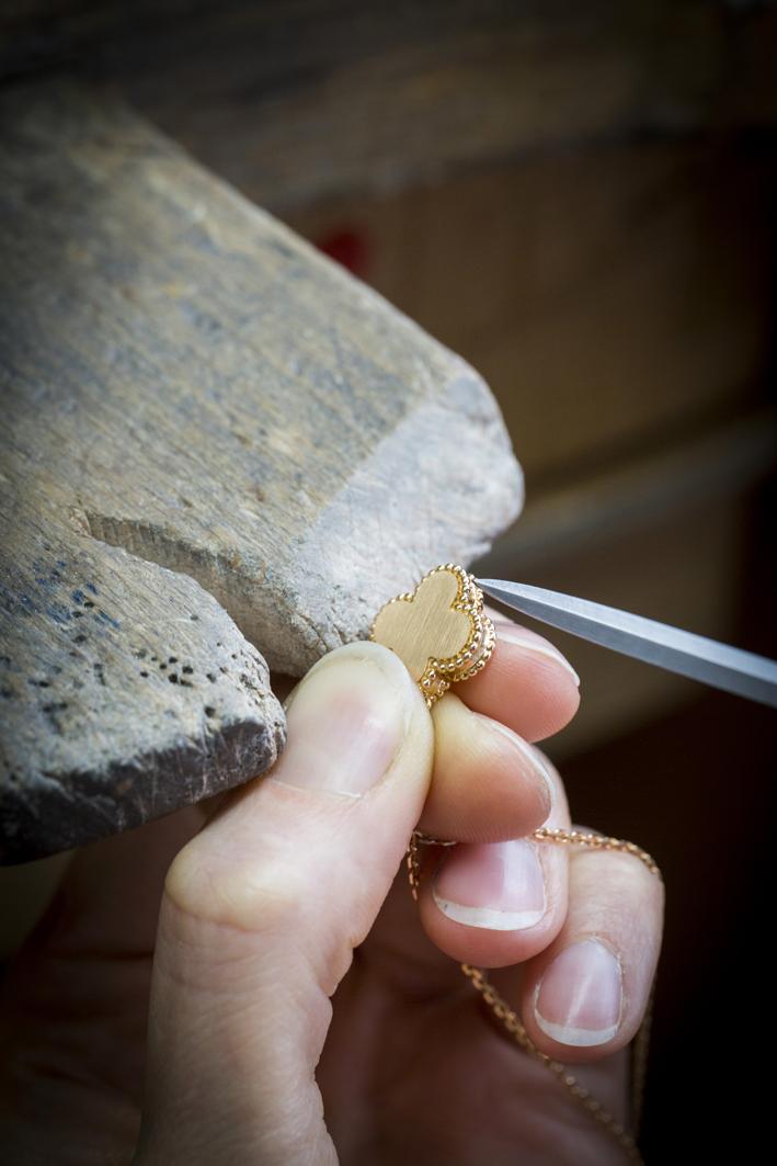 Lavorazione del pendente Alhambra