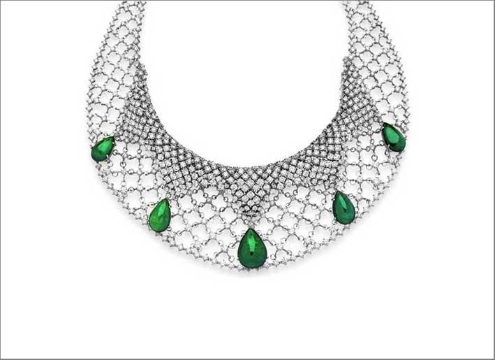 Collana in oro bianco con smeraldi per 55 carati e diamanti