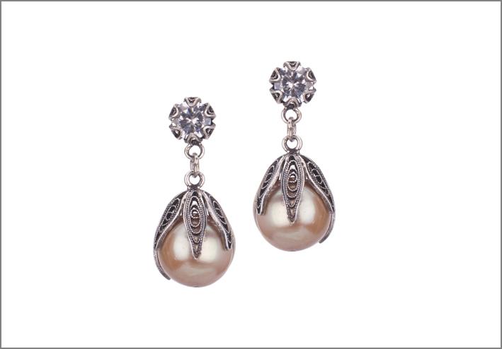 Orecchini con perle. Prezzo: 204 euro