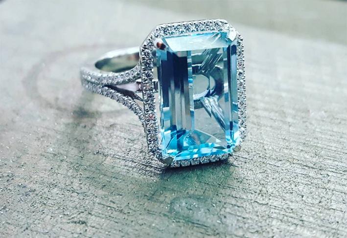 Charles green, anello con acquamarina taglio smeraldo, diamanti, su platino