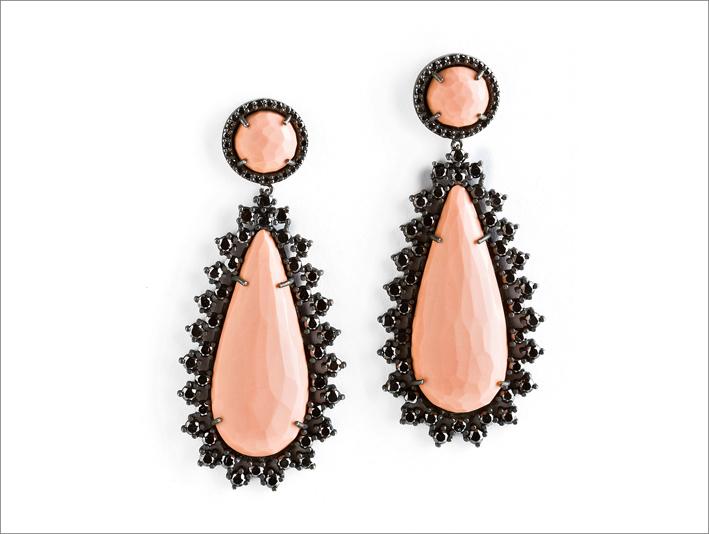 Orecchini in argento annerito, agata rosa, diamanti neri. Prezzo: 9000 euro
