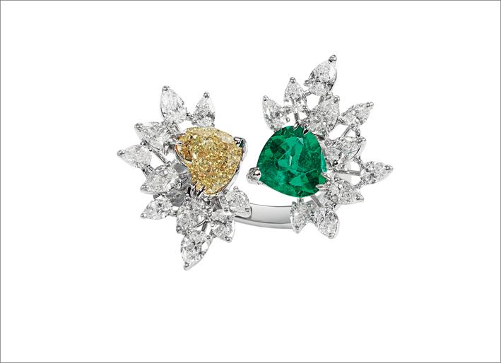 Anello contrarié in oro bianco, con brillanti taglio goccia e diamante fancy e smeraldo taglio cuore