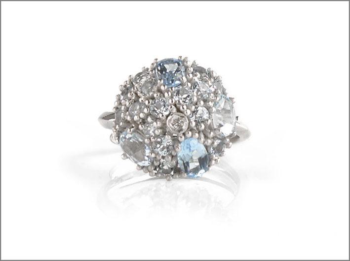 Anello in argento rodiato con topazi blu e brillanti