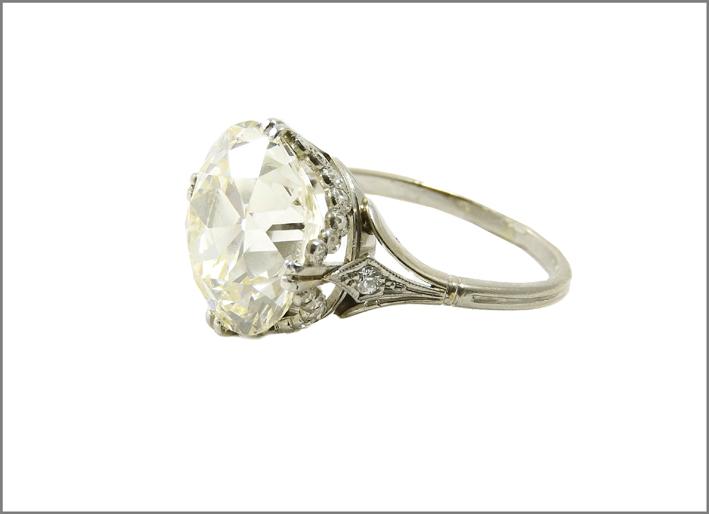 Anello solitario in platino. Inizi XX secolo, montatura in stile Impero, diamante taglio vecchio ct 8 circa, misura 15, g 5,4. Stima: 40.000-50.000 euro