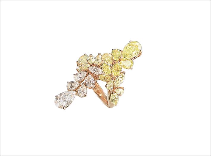 Anello floreale contrarié in oro rosa, con diamanti bianchi e fancy taglio goccia