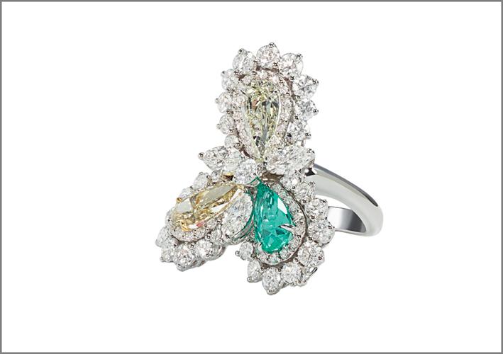 Anello a forma di trifoglio in oro bianco e brillanti di diverso taglio, con diamanti fancy e smeraldo taglio goccia