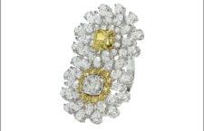 Anello con doppio fiore in oro bianco, diamanti bianchi e fancy di diverso taglio