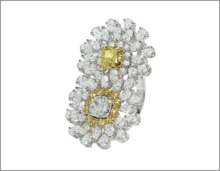 Crivelli, anello con doppio fiore in oro bianco, diamanti bianchi e fancy di diverso taglio