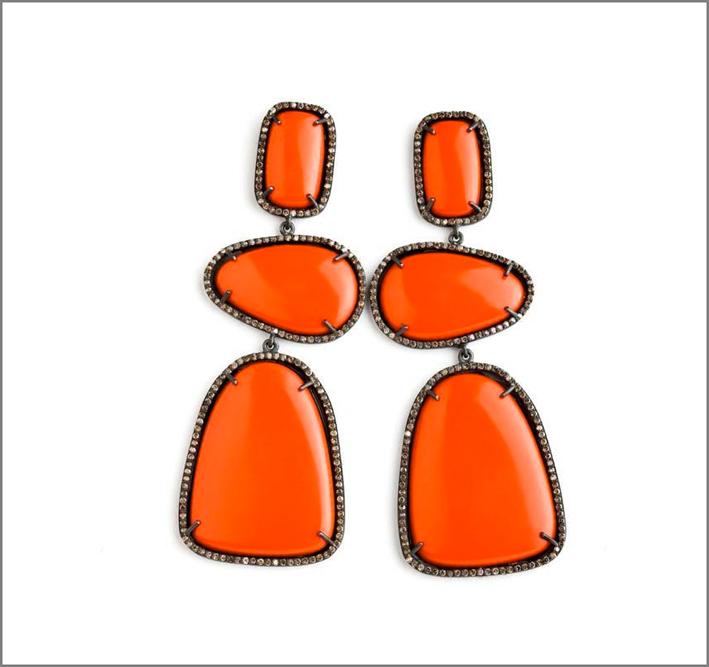 Orecchini in corallo, diamanti. Prezzo: 6300 sterline