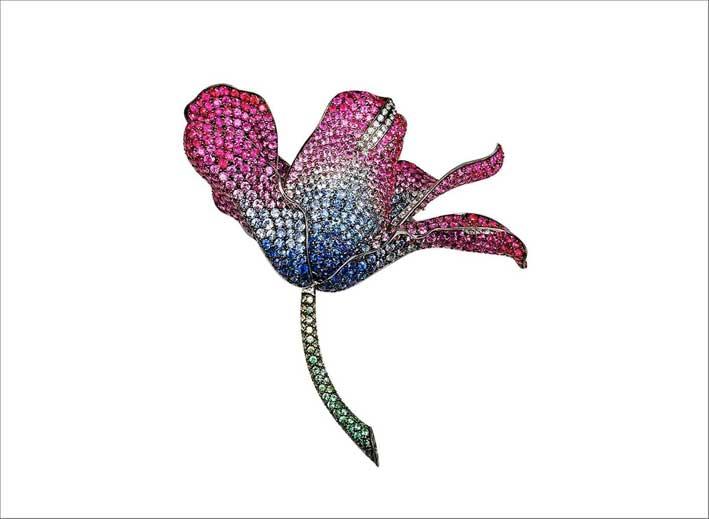La Fleur, spilla a forma di fiore con zaffiri di diversi colori
