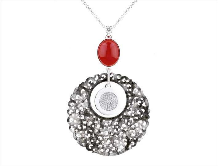 Pezzo unico, pendente con giada rossa e diamanti