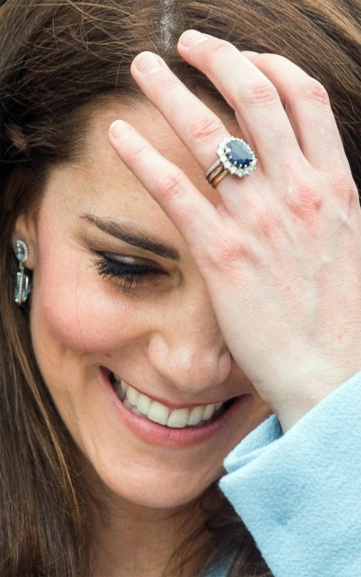 L'anello di fidanzamento con diamanti e zaffiro appartenuto a Diana e ora alla duchessa di Cambridge
