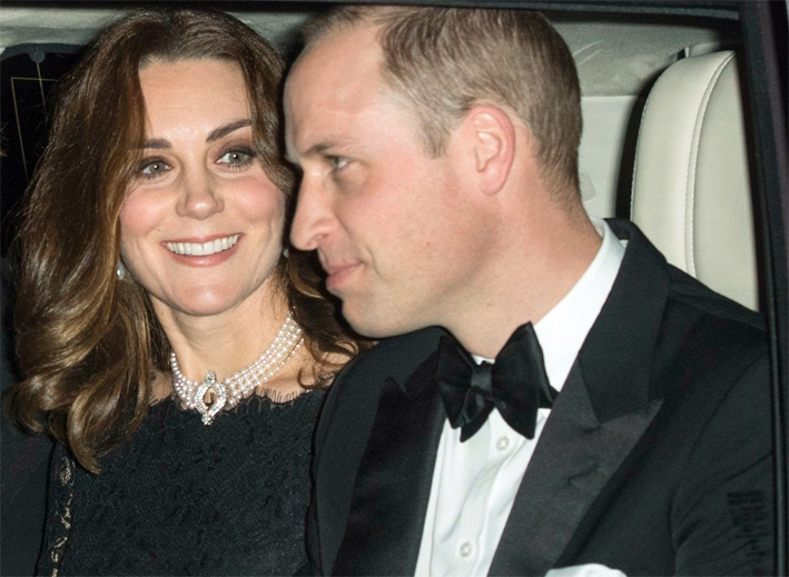 Kate Middleton, con il choker di perle prestato dalla regina Elisabetta assiema al principe William