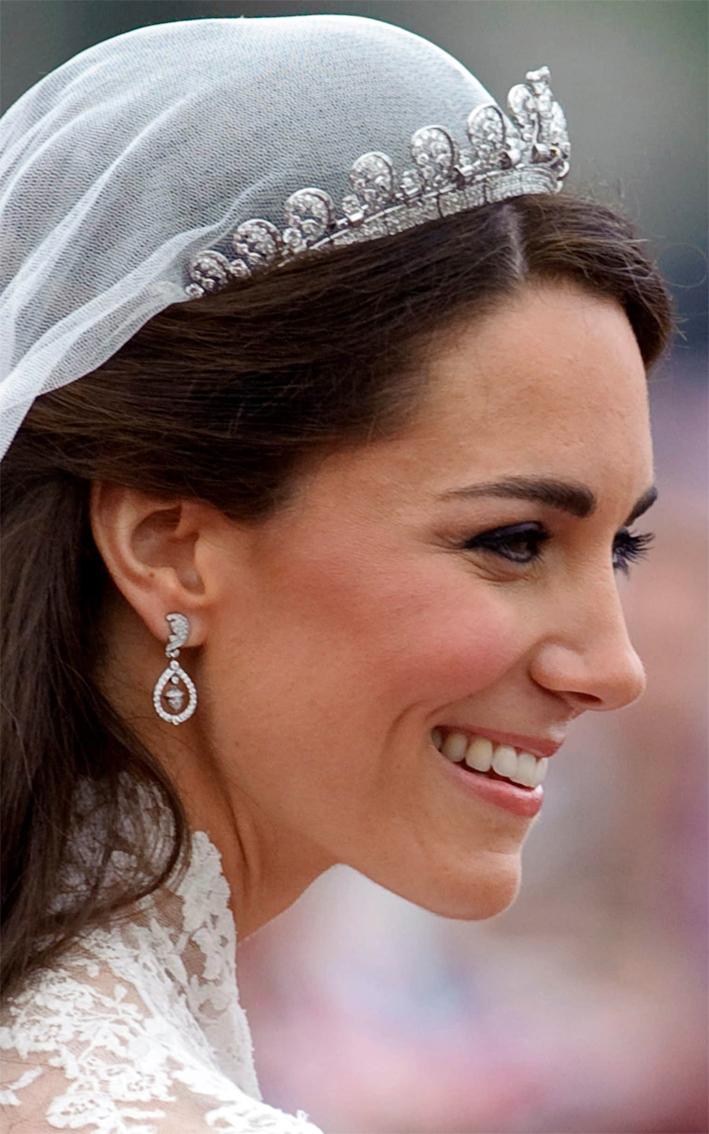 Al suo matrimonio Kate Middleton ha indossato orecchini commissionati al gioielliere Robinson Pelham. Gli orecchini hanno il motivo della foglia di quercia e una ghianda, simboli nello stemma della famiglia Middleton