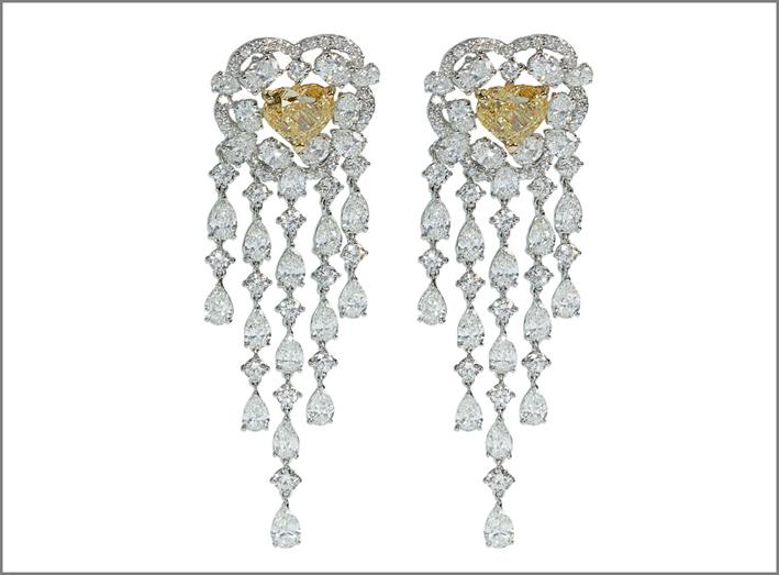 Orecchini Chandelier in oro bianco, con brillanti di diverso taglio e due brillanti fancy taglio cuore