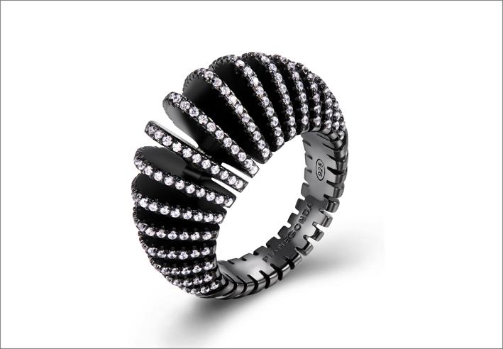 Pianegonda, anello in argento e rutenio e 224 zirconi bianchi. Prezzo: 194 euro