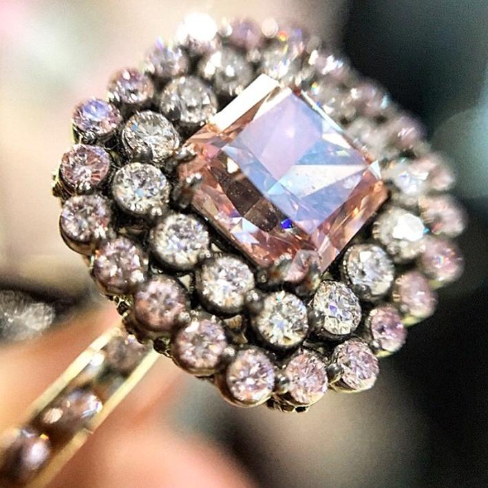 Anello con diamante rosa e diamanti bianchi, oro ossidato per donare un aspetto vintage