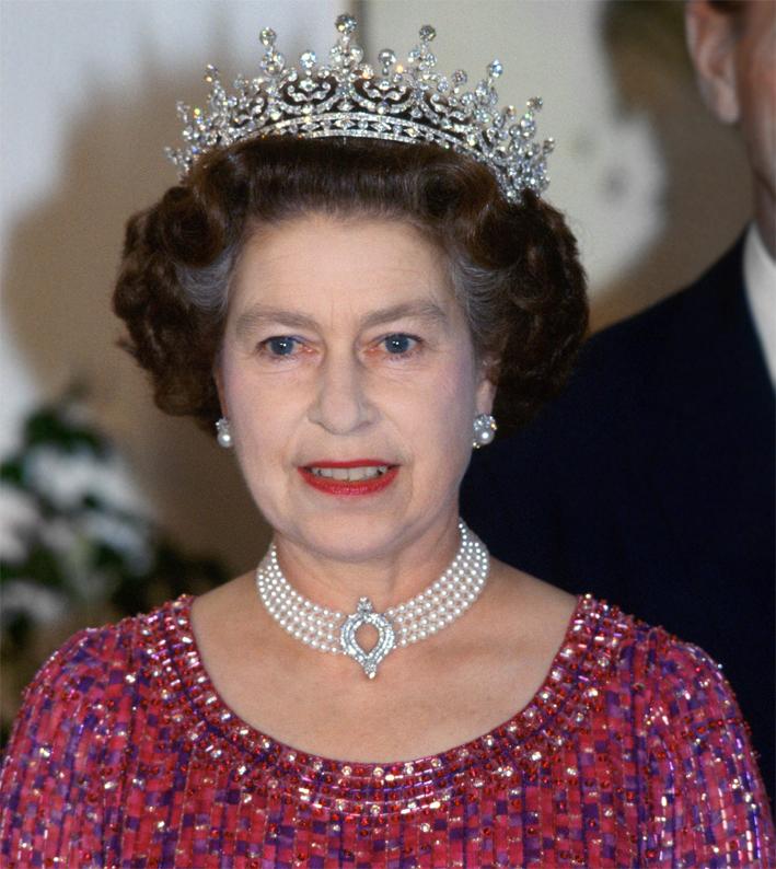 La regina Elisabetta con la collana di perle a quattro fili