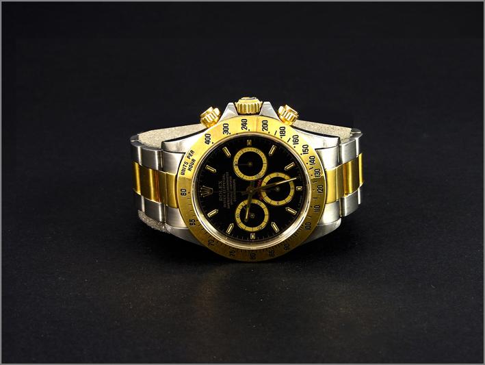 Rolex Dayton, movimento meccanico automatico Zenith El Primero, ghiera oro, quadrante a fondo nero con contatori dorati, scritta rossa, 6 rovesciato, bracciale Oyster acciaio ed oro. Stima:  7.000-7.500 euro