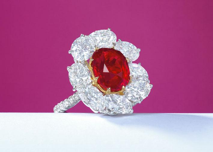Anello con diamanti e rubino birmano da 8,17 carati