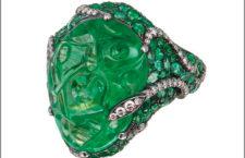 Anello con smeraldo intagliato e diamanti