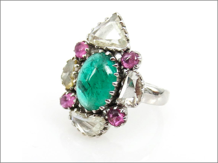 Anello con diamanti rose-cut, smeraldo e zaffiri rosa