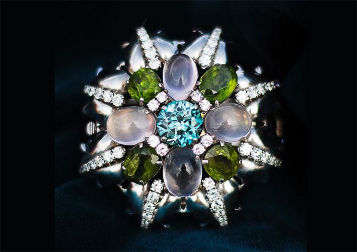 Spilla con peridoto, pietra luna, acquamarina e diamanti su platino