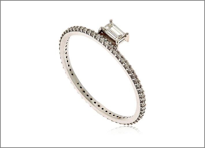 Anello Baby Baguette, oro e diamante. Prezzo: 2369 euro
