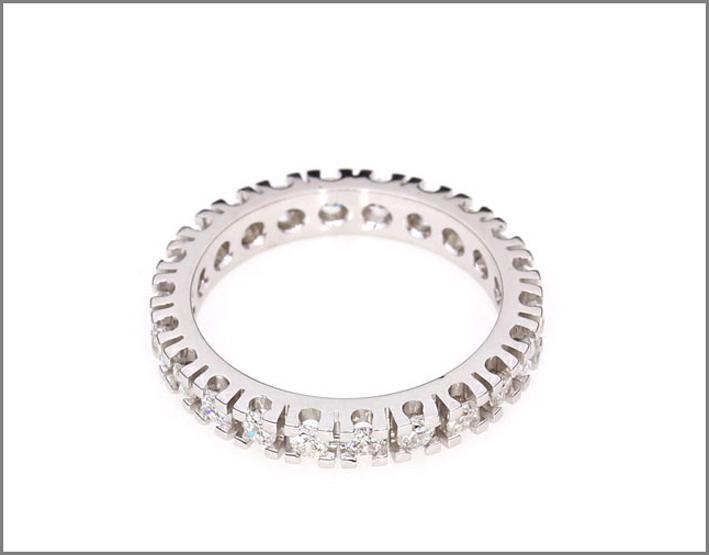 Demetra, anello Eternity in oro bianco e diamanti. Prezzo: da 499 a 2330 euro