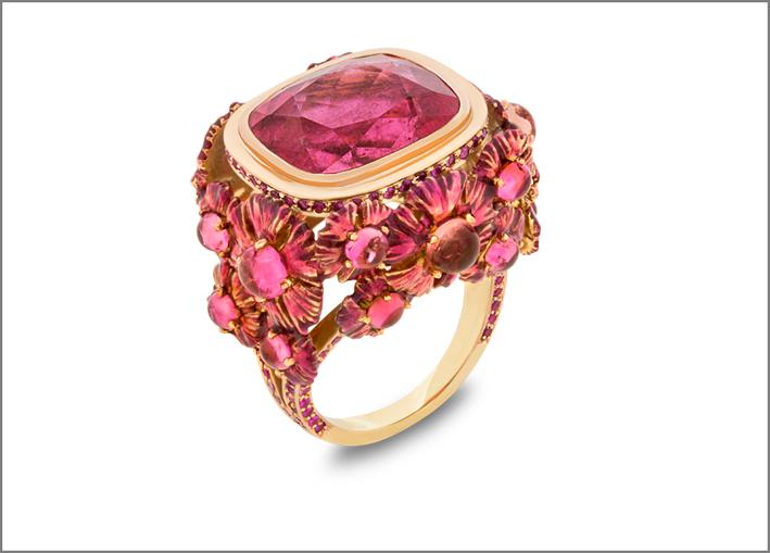 Anello Rosa, con rubellite, zaffiro rosa, tormalina rosa, ceramica, lacca, oro girallo