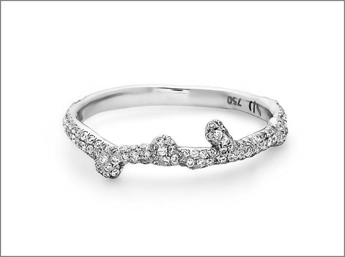 Anello Splatter sottile in oro bianco e diamanti. Prezzo: 2360 dollari