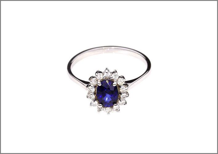Anello con zaffiro ovale e diamanti. Prezzo: 750 euro