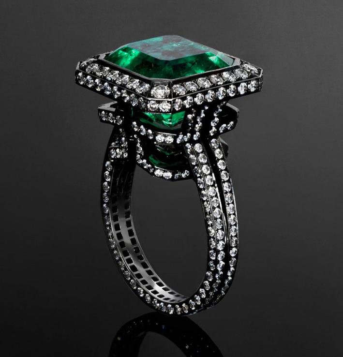 Anello Emerald Labyrinth con uno smeraldo di 9,16 carati su oro bianco annerito