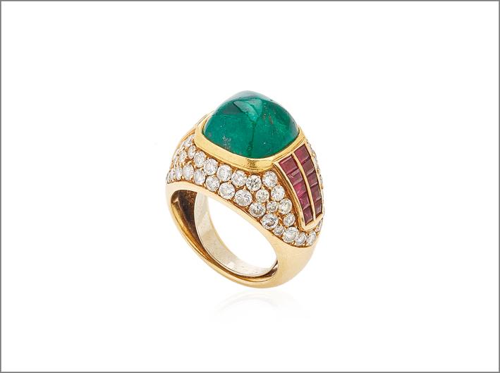 Anello con rubini, diamanti e smeraldo taglio pan di zucchero