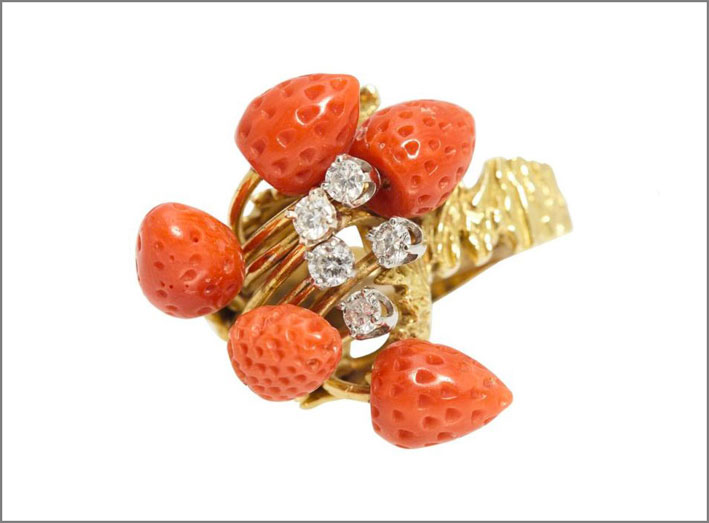 Anello in oro con diamanti e corallo a forma di fragola