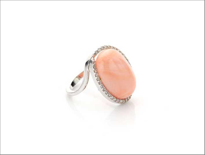 Anello con corallo rosa e diamanti
