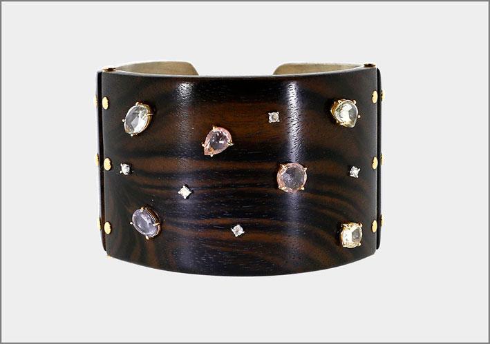 Bracciale in legno color ebano e zaffiri. Prezzo: 12800 dollari